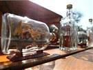 Mezi exponáty byly i časté modely strojů uvězněných v lahvi.