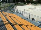 Nové zázemí s tribunami u hřišť za fotbalovým stadionem.