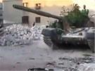 Záběr z amatérského videa ukazuje tank povstalecké Syrské osvobozenecké armády