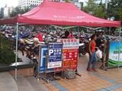 Parkovi�t� motorek v Kunmingu. ��na, (�ervenec 2012)