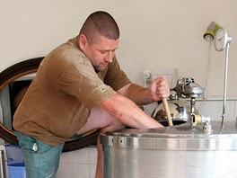 Michal Havrda je původně automechanik. Nyní vaří pivo v rodinném minipivovaru v