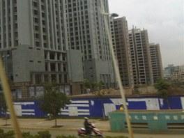 Čína investuje do rozvoje. Řada nových byzů ale nemá kupce a zůstává prýzdných.