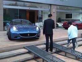 Prodejna Ferrari v Kunmingu. ��na, (�ervenec 2012)