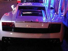 Lamborghini zaparkované před restaurací. Kunming, Čína (červenec 2012)