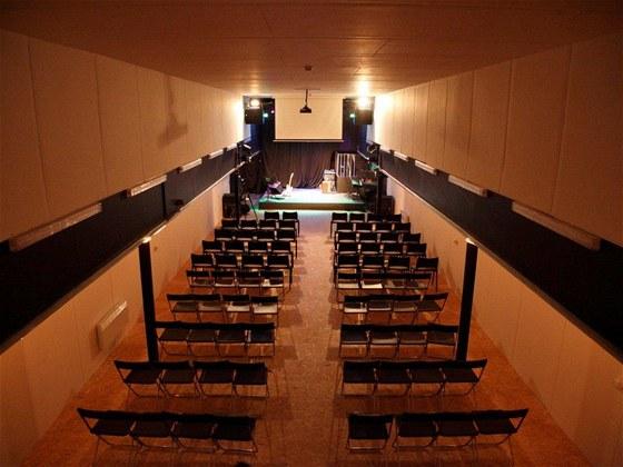 Společenský sál Kostel na lodi kotví vpražském přístavu vHolešovicích