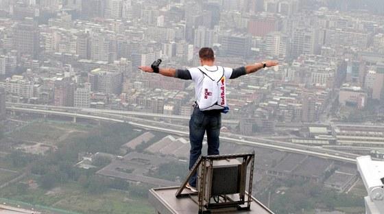 Nad Tchaj-wanem. V roce 2007 Baumgartner pokořil 509 metrů vysokou budovu 101