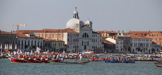 Benátská Volalonga nabízí úchvatné vodní divadlo.