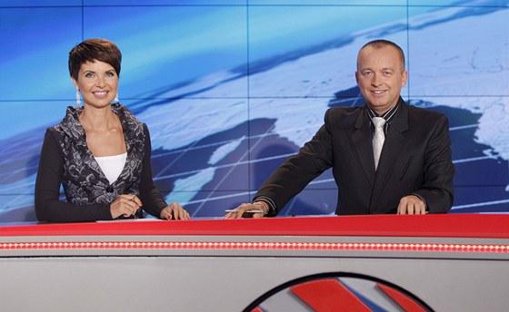 Moderátoři Televizních novin Markéta Fialová a Karel Voříšek
