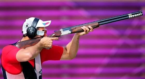 Střelec David Kostelecký při první části kvalifikace trapu (6. srpna 2012)