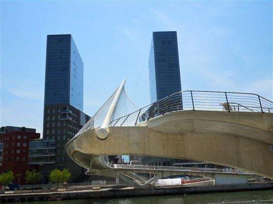 Most Zubizuri od Santiaga Calatravy a věže Atea od japonského architekta Isozakiho