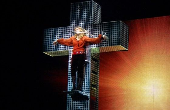 Touto scénou provokovala Madonna katolíky při svém turné už v roce 2006.