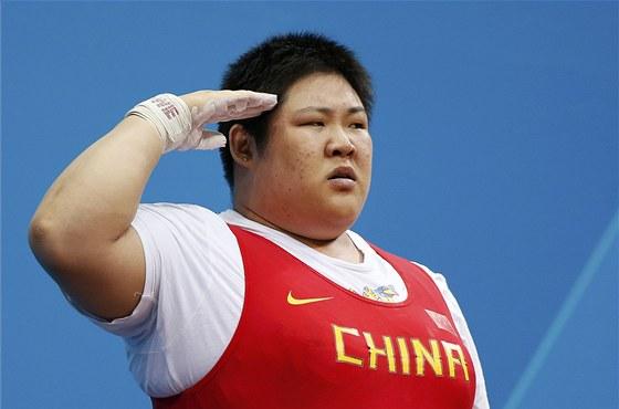 Čínská vzpěračka Čou Lu-lu se raduje ze zlaté olympijské medaile.