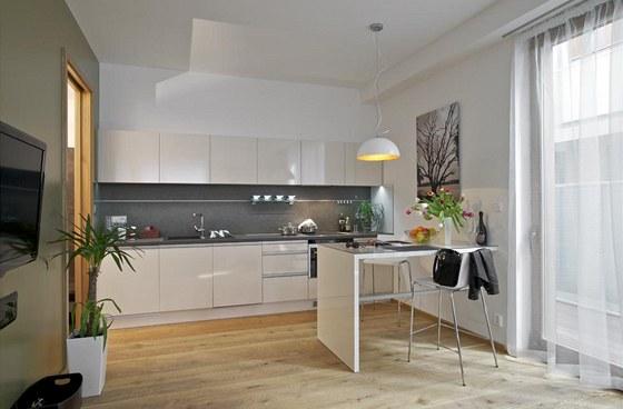 Kuchyň zaujímá místo podél hlavní stěny při vchodu do obytného prostoru. Jana