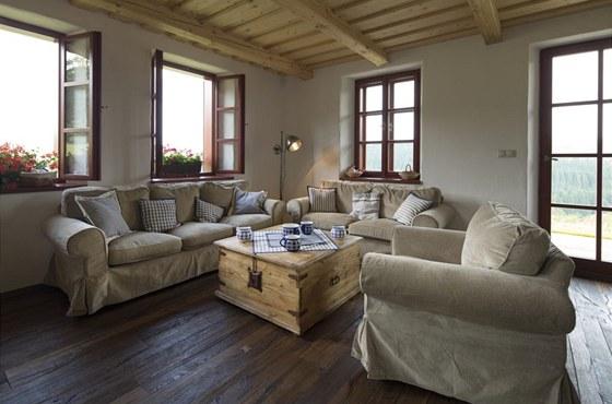 Masivní dřevběná podlaha a čalouněný nábytek z IKEA si dobře rozuějí s českým