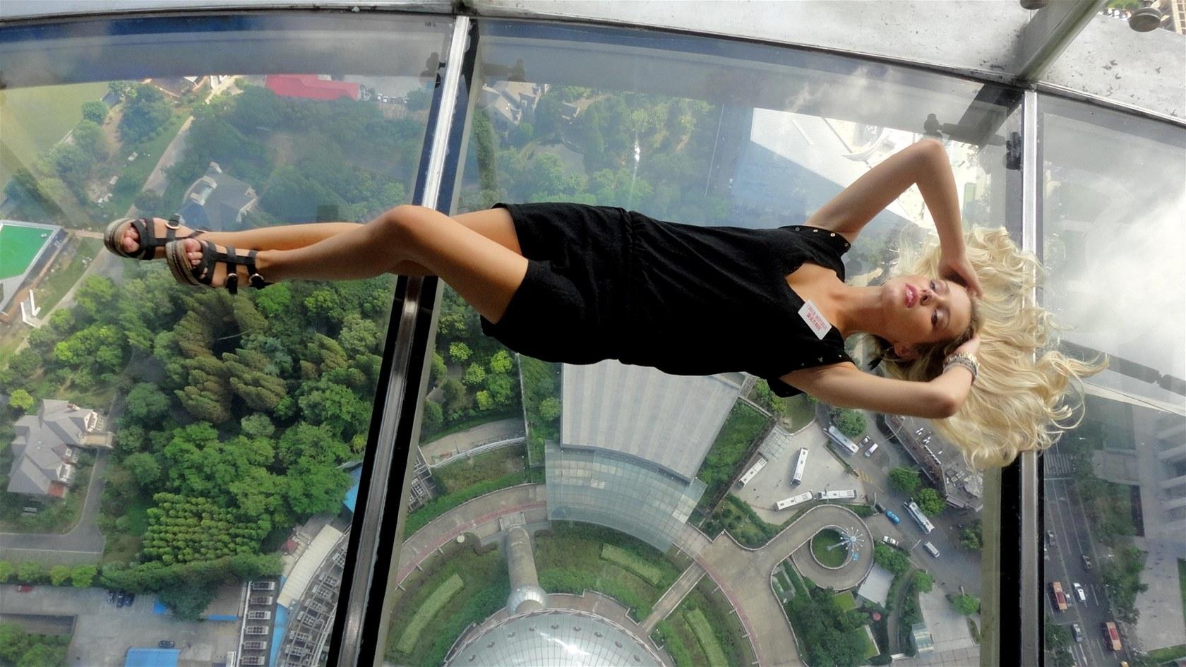 Linda Bartošová se fotila na televizní věži v Šanghaji.