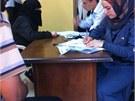 Pracovn�ci Noor Al Husein Foundation naslouchaj� p��b�h�m syrsk�ch uprchl�k�