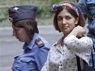 Členka dívčí kapely Pussy Riot Naděžda Tolokonnikovová přichází k soudu v