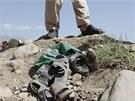 Následky atentátu na západním předměstí Kábulu. Afghánský policista a boty