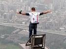 Nad Tchaj-wanem. V roce 2007 Baumgartner pokořil 509 metrů vysokou budovu 101...