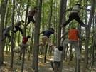 VZH�RU DO V�TVÍ. Indické d�ti lezou v rámci hry na stromy na p�edm�stí m�st�...