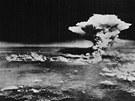 Pohled na Hirošimu asi hodinu po svržení atomové bomby (6. srpna 1545)