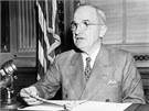 Harry Truman promlouv� k m�di�m v roce 1945