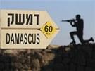 Golanské výšiny. Ukazatel na Damašek a obrys podobizny vojáka na hoře Bental na