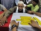 P��buzn� jednoho ze zabit�ch voj�k� na Sinaji truchl� u jeho rakve (7. srpna