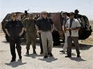 Izraelsk� premi�r Benjamin Netanjahu (t�et� zprava) a ministr obrahy Ehud Barak