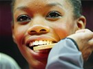 Ameri�anka Gabrielle Douglasov� se svou zlatou medail� za t�movou gymnastiku