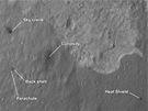 Curiosity při pohledu z oběžné dráhy Marsu. Snímek pořízený sondou MRO