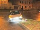 Opilý šofér nevybral v Chocni zatáčku a uvízl na ostrůvku.