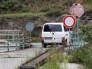 �idi�i nerespektuj� z�kaz vjezdu a p�es nebezpe�n� most p�ej�d�.