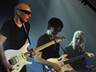 Kytaristé (zleva) Joe Satriani, Steve Vai a Steve Morse vystoupil 31. 7. 2012 v