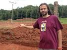 Martin Věchet na místě, kde stavební stroje rozrývají tradiční areál