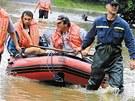 Velk� voda ze �umavy dorazila na Plze�sko 8. srpna 2002. Z kostela sv. Ji�� v