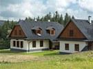 Střechu kryjí šindele, jejichž žíhání evokuje dřevěné předchůdce. Jde však o