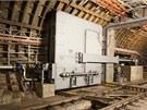 Labyrint tunelů, nástupiště a technické prostory chrání před povodní celkem 30...