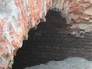 Klenby někdejšího mostu objevené pod silnicí při nynějších stavebních pracích,