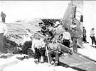 Lyžaři u vraku letadla Dakota, které havarovalo 27. února 1950 u Vysoké hole v...