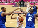 Ali Traor (vpravo) a Boris Diaw (vlevo) brn francouzsk ko ped tuniskm
