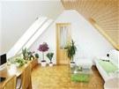 Nábytek je situován pod šikminy, díky tomu je pohyb po místnosti