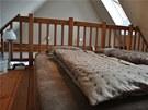 Konstrukce krovu byla také využita k realizaci prostorného patra na spaní.