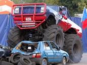 Při Monster truck show v Českých Budějovicích ničily obří monstra staré vraky.
