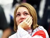 Kateřina Emmons sleduje finálovou střelbu Adély Sýkorové. (4. srpna 2012)