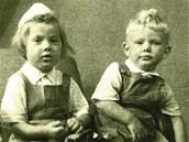 Malá Věrka s bratrem v roce 1954.