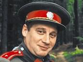Tomáš Töpfer jako velitel Arazím v Četnických humoreskách. Vedle režisér