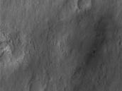 Vozítko Curiosity (ta výrazná tečka s černým lemováním umístěná přibližně ve...