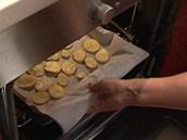 Plech s bramborovými plátky strčte do trouby vyhřáté na 200 °C, nechte je péct...