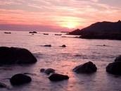 Západ Slunce pozorovaný z pobřeží Korsiky.